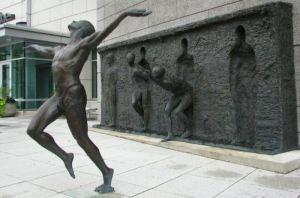 Skulptor-Zenos-Frudakis.-Bronzovaya-skulptura-Svoboda